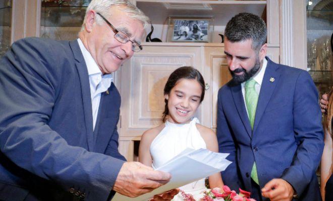 El alcalde, Joan Ribó, y el concejal Pere Fuset muestran a Sara Larrazábal el acta en el que es proclamada Fallera Mayor Infantil de Valencia.