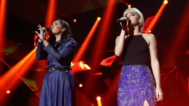 Marta y Alba Reche durante su interpretación de Just give me a...