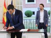 Pedro Sánchez firma en La Moncloa el acuerdo alcanzado con Pablo...