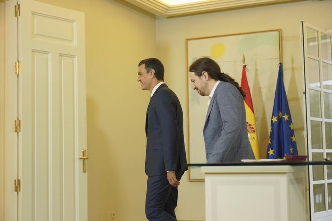 Pedro Sánchez y Pablo Iglesias durante la firma del acuerdo.