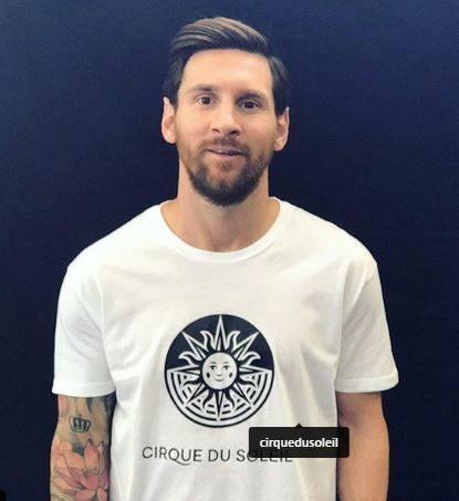 El futbolista argentino, con una camiseta del circo canadiense.