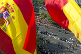 Banderas de España ondean durante el desfile del pasado 12 de octubre