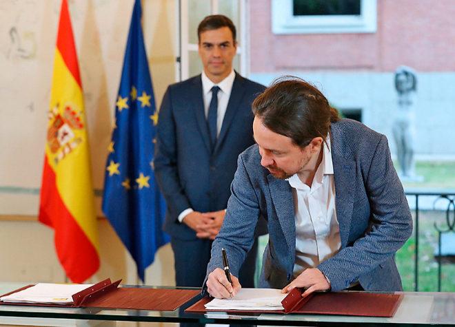 Pablo Iglesias firma el Pacto de Presupuestos ante la mirada de Pedro...