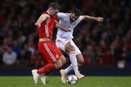 Albiol disputa un balçon con Vokes, en el partido disputado en Cardiff.