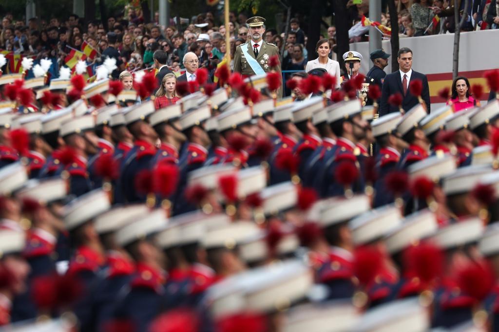 Pedro Sánchez y el Rey Felipe en los actos previos al desfile. El...