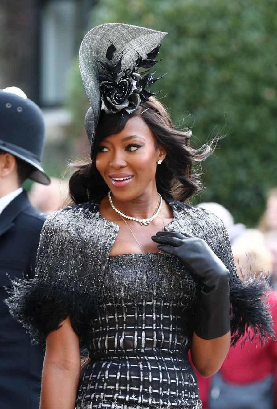 La top model y empresaria ha completado el look con un tocado...