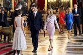 Pedro Sánchez y su esposa, Begoña Gómez, se dirigen a saludar a los...