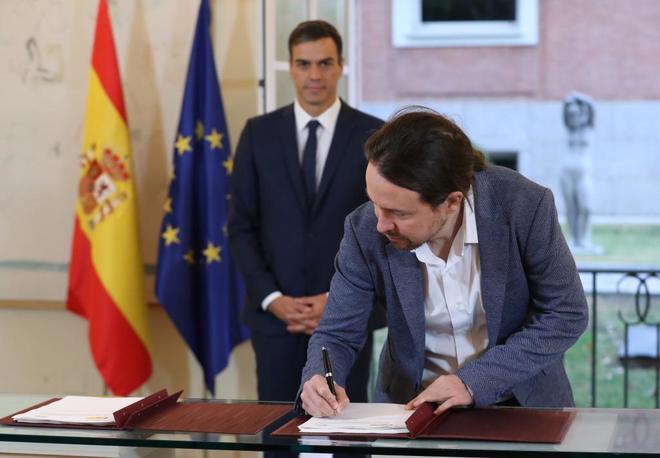 Pedro Sánchez y Pablo Iglesias, durante la firma en La Moncloa, el...