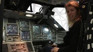 La cineasta Rory Kennedy, en una réplica de un transbordador...
