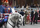 Pedro Sänchez saluda al Rey, ayer, a su llegda al desfile militar por...