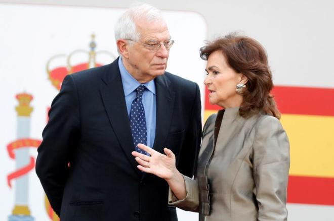 Carmen Calvo, junto a Josep Borrell, durante el desfile militar con...