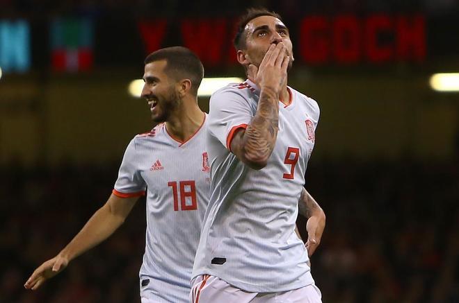 Paco Alcácer celebra uno de sus goles ante Gales.