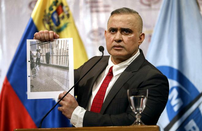 El fiscal general de Venezuela Tarek William Saab sostiene una fotografía del lugar desde el que el concejal Francisco Albán se habría quitado la vida.