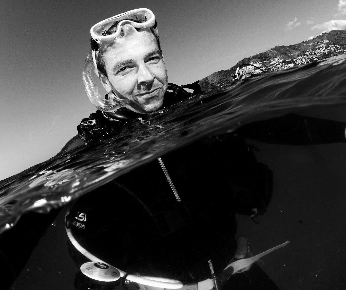 Miguel Joven practica submarinismo en las aguas de Nerja, frente a la playa de Burriana.