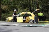 Un bombero y agentes de la Guardia Civil junto al vehículo...