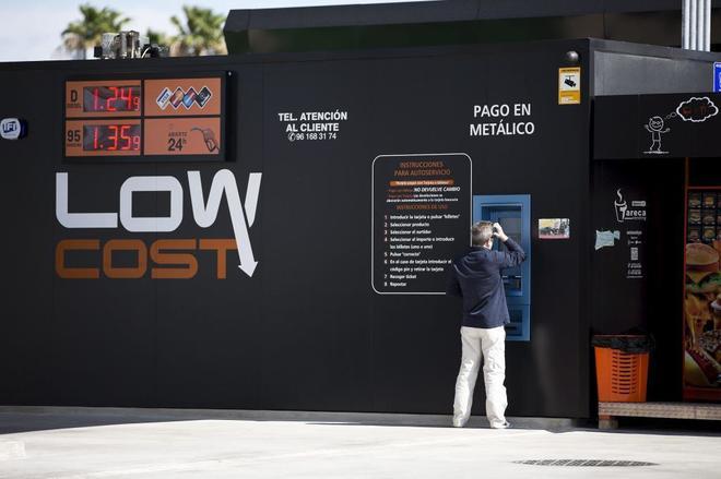 Gasolinera sin empleados en un parque empresarial de Paterna (Valencia) en una imagen de archivo.