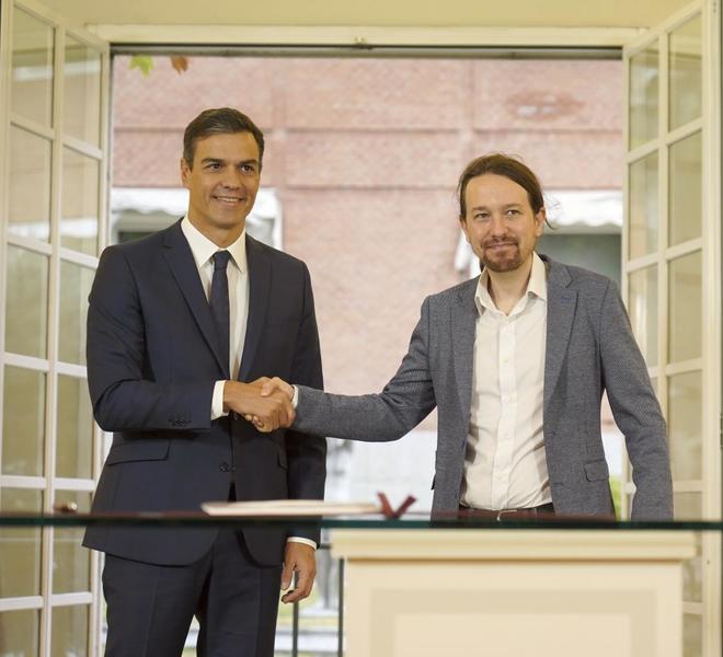 Pedro Sánchez y Pablo Iglesias se estrechan la mano tras pactar en Moncloa su proyecto de Presupuestos