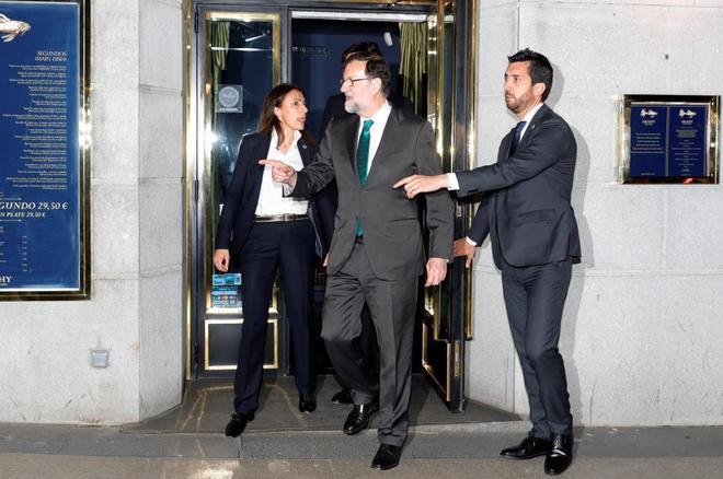 Mariano Rajoy, saliendo del restaurante en el que estuvo toda la tarde...