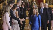 Pedro Sánchez se dispone a saludar a Ana Pastor tras colocarse junto...