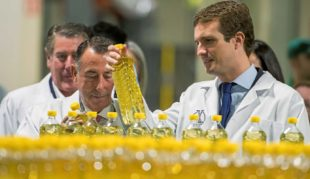 El presidente del PP, Pablo Casado, en un momento de la visita que...