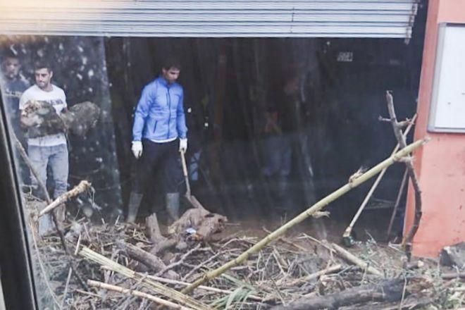 Rafael Nadal ayuda a limpiar un garaje en el municipio de Sant Llorenç.
