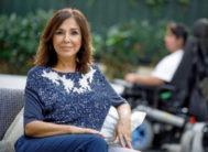 Isabel Gemio y, al fondo en silla de ruedas, Gustavo, de 21 años. Le diagnosticaron la enfermedad con dos años de edad.