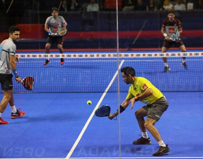 Sanyo Gútierrez golpea la bola durante la final del Abierto de Granada.