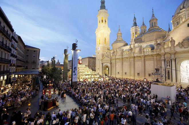 Cientos de personas participan en la procesión del Rosario de...