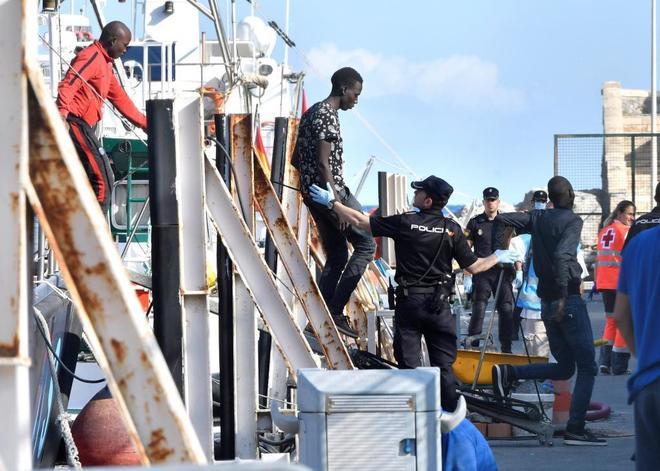 Agentes de la Policía Nacional ayudan a desembarcar en Motril...