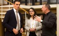 Pedro Sánchez, Mónica Oltra  y el portavoz de Compromís en el Congreso, Joan Baldoví, en los pasillos de la Cámara Baja.  ANTONIO HEREDIA
