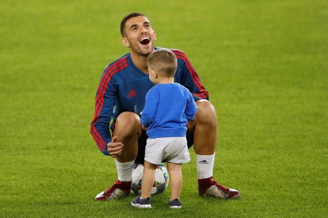 Dani Ceballos con un niño en el césped del Villamarín.