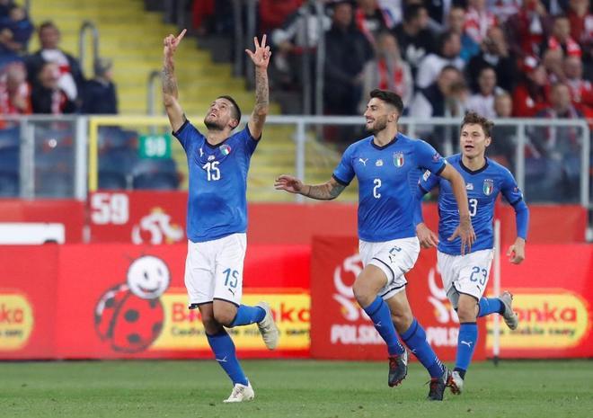 Biraghi señala al cielo para celebrar el gol de la victoria de Italia frente a Polonia.