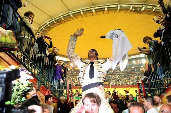 Juan José Padilla atraviesa emocionado y exultante la puerta grande de la plaza de toros de Zaragoza en la tarde de su adiós