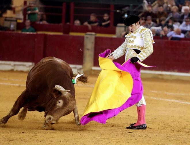 El diestro Alejandro Talavante da un pase con el capote al primero de...