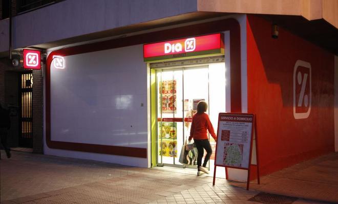 Una mujer entra en un supermercado de Dia en Madrid.