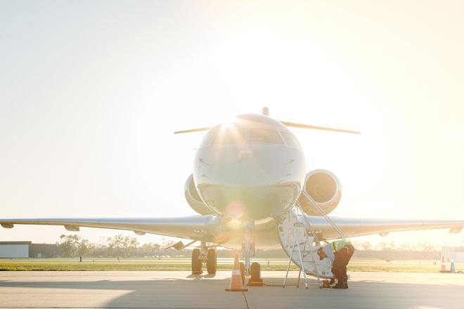 Personal trabaja en el despliegue de la escalerilla de un avión de VistaJets a pie de pista.