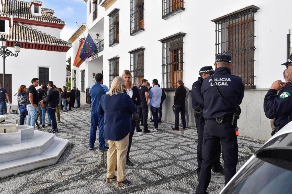 Vecinos de la localidad de La Zubia ( Granada), se han concentrado hoy...