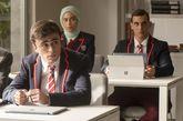 Nadia, Samuel y Christian sentados en clase durante un capítulo de la...