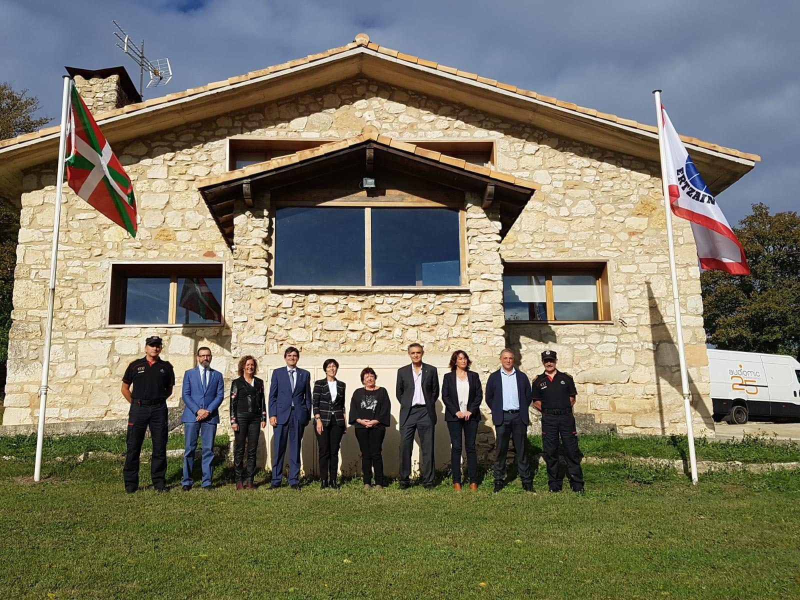 Las delegaciones de los gobiernos vasco y navarro en las instalaciones de Berroci en Álava donde se alojarán los policías navarros.