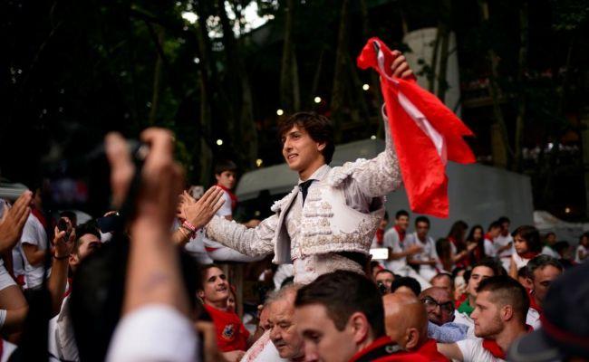 Roca Rey sale a hombros en Pamplona en uno de sus hitos de 2018.