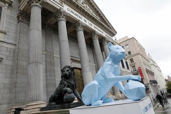 Una leona a la puerta del Congreso de los Diputados en el Día Mundial...
