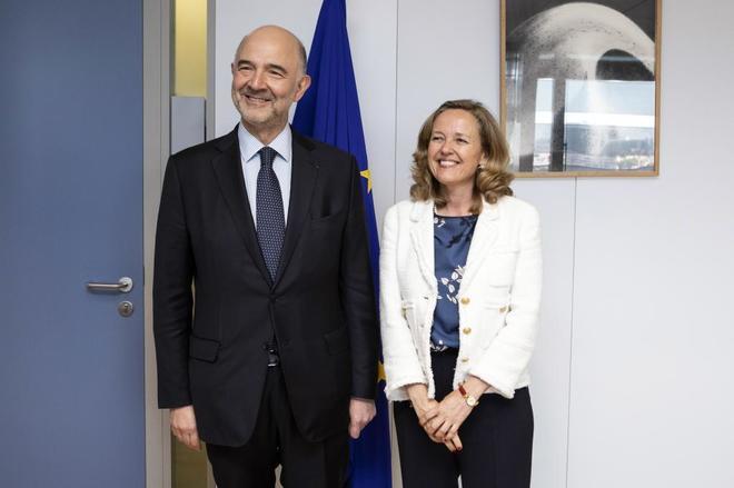 Pierre Moscovici, comisario de Finanzas y Asuntos Económicos, junto a...