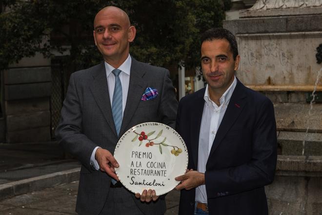 Óscar Velasco (dcha.), chef de Santceloni, recoge el premio de la Academía,