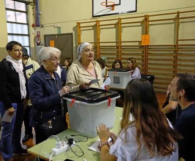 Ciudadanos catalanes votan en el referéndum ilegal del 1 de octubre de 2017