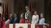 La familia real acompañada del resto de autoridades durante el acto...