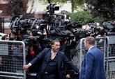 Varios cámaras, en la entrada del consulado saudí en Estambul.