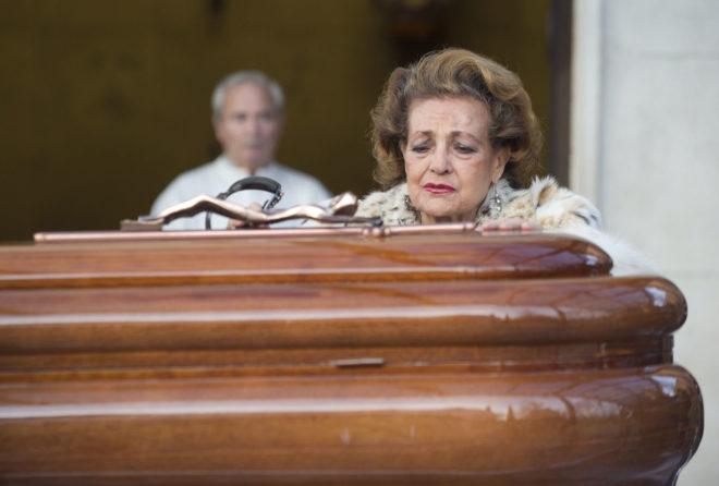 Carmen Sevilla durante el entierro de Augusto Alguero en 2011.