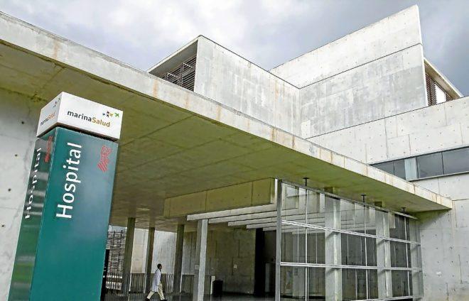 Una de las entradas del Hospital de Dénia, gestionado por la empresa Marina Salud.