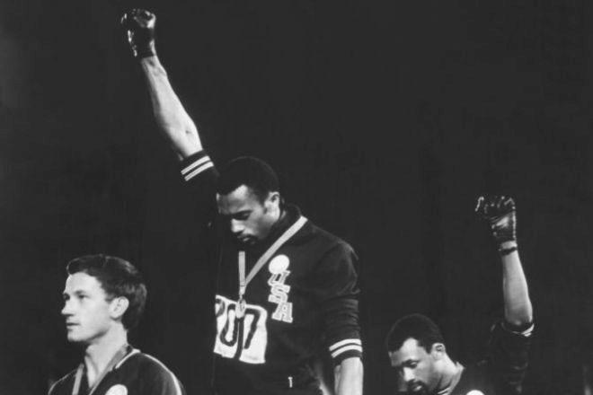 Tommie Smith (centro) y John Carlos (derecha) en los Juegos de México 1968