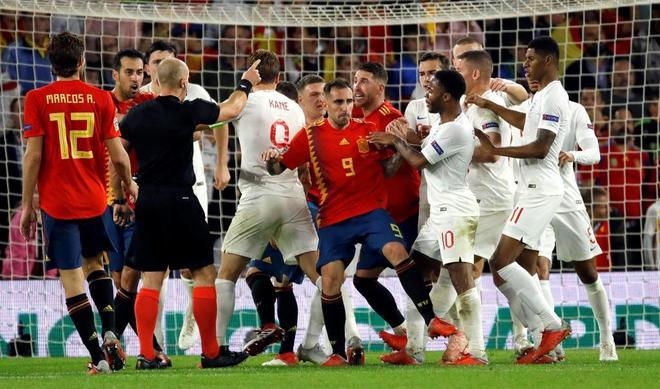 Los jugadores de España reclaman penalti a Rodrigo.